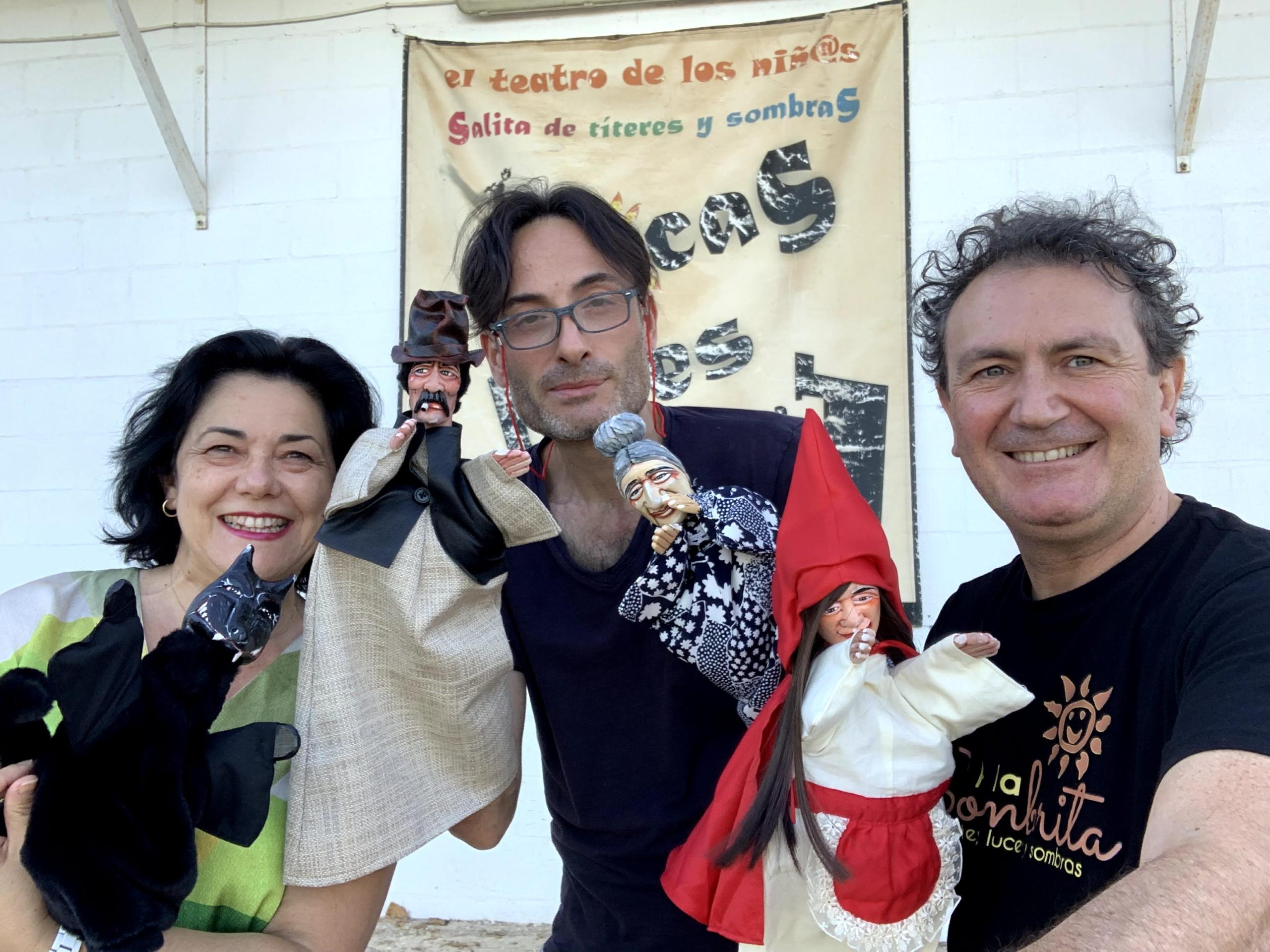 Los Titeres de Caperucita Roja - Foto en CRAI con los titeres